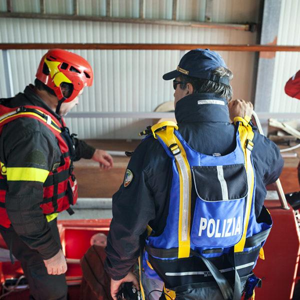 Unità nautica verso una bonifica del tevere con il supporto dei vigili del fuoco.
