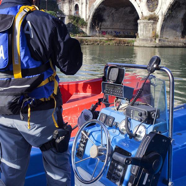 Organizzazione dell'unità nautica verso una bonifica del tevere con il supporto dei vigili del fuoco.