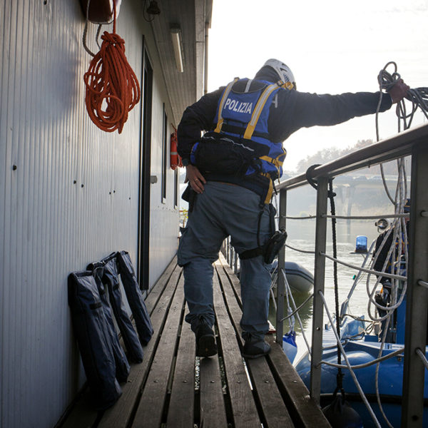 Inizio operazione di bonifica sul tevere dell'unità nautica della polizia con il supporto dei vigili del fuoco.